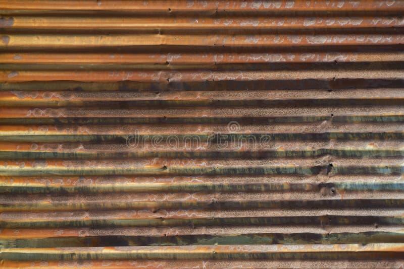Rusty Corrugated Steel Wall idoso com linhas horizontais fortes imagens de stock