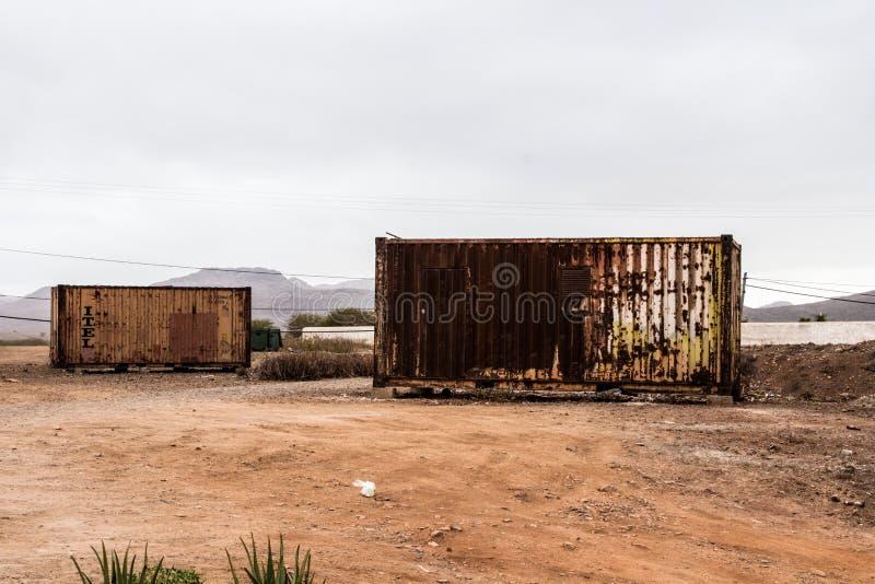 Rusty Crates na cidade africana pobre imagens de stock