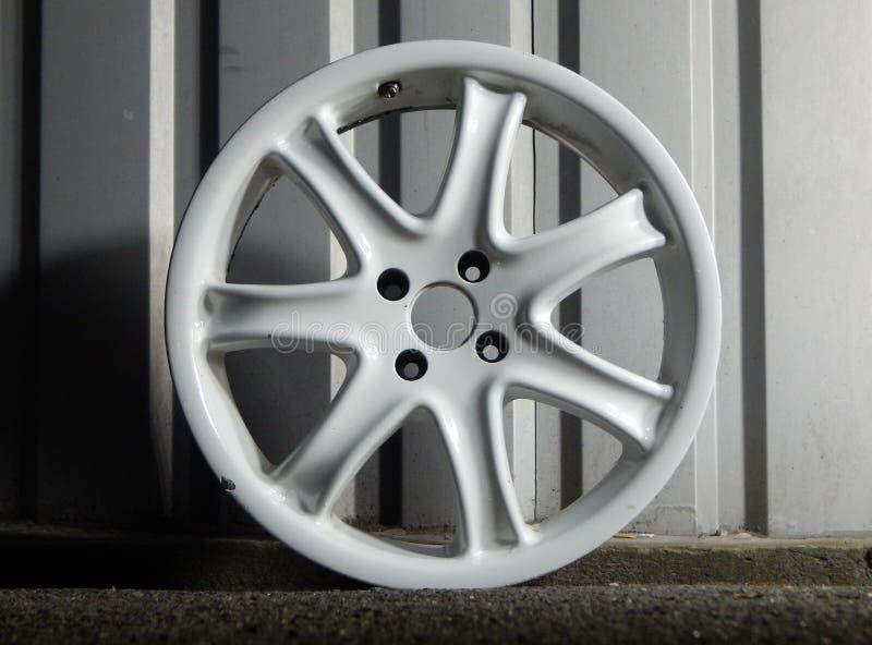 Rusty Damaged Wheel Rim Near-Metaalmuur in Garage stock afbeelding