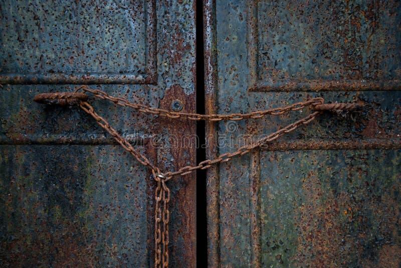 Rusty Door mit Kette lizenzfreie stockfotografie