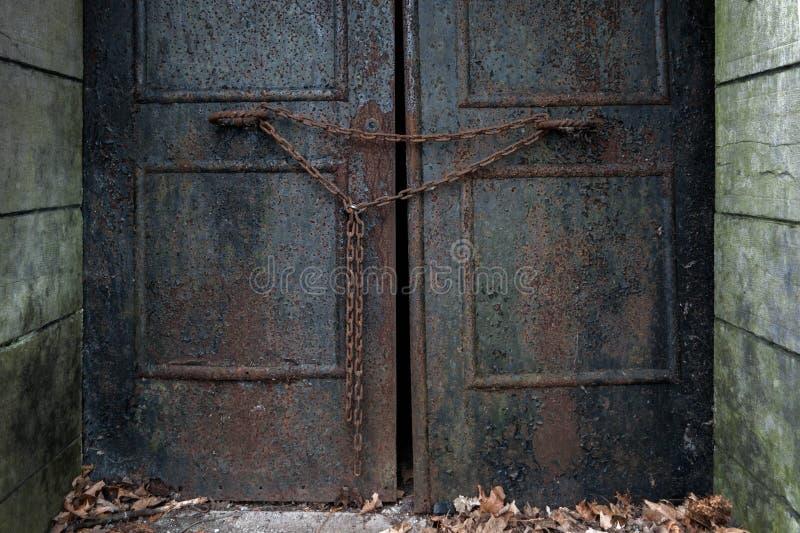 Rusty Door mit Kette lizenzfreies stockfoto