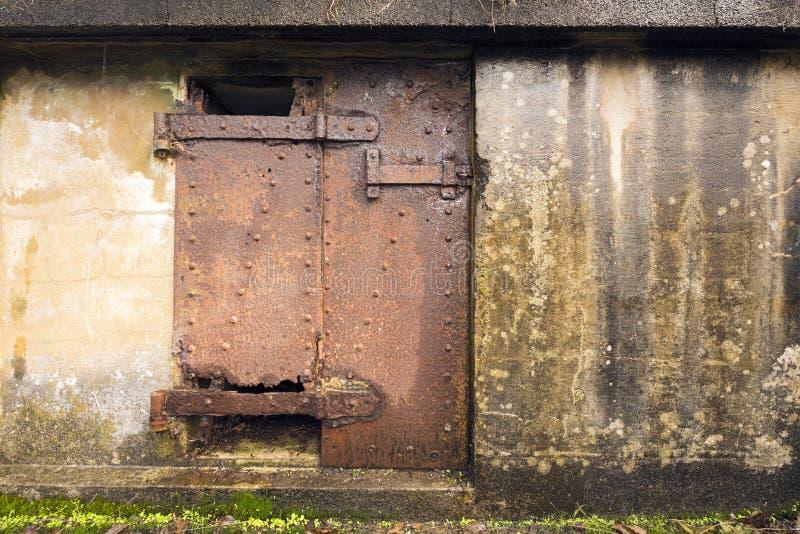 Rusty Doors på den konkreta bunker royaltyfri foto