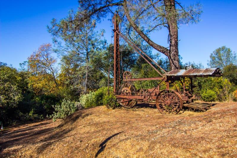 Rusty Drilling Machine Once Used d'annata nei lavori minerari immagine stock