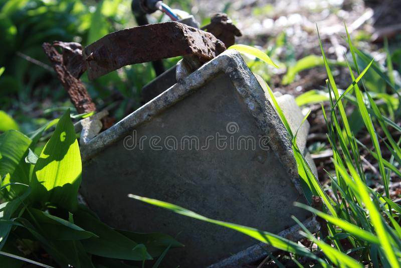 Rusty Floodlight saiu abandonado imagens de stock
