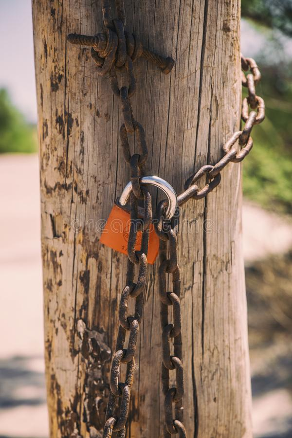 Rusty hanglock die de poort sluit stock foto's