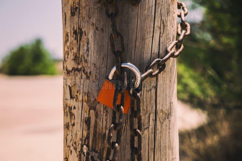 Rusty hanglock die de poort sluit royalty-vrije stock foto