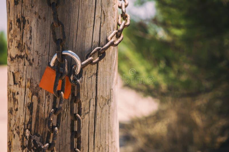 Rusty hanglock die de poort sluit royalty-vrije stock foto's