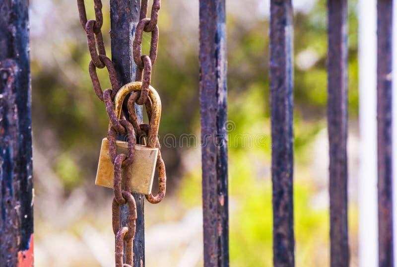 Rusty hanglock die de poort sluit royalty-vrije stock afbeelding