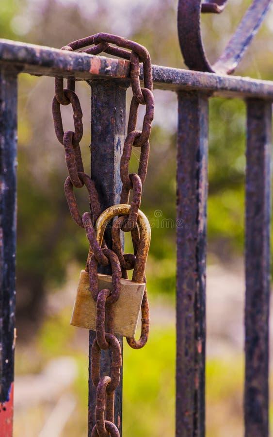 Rusty hanglock die de poort sluit royalty-vrije stock afbeeldingen