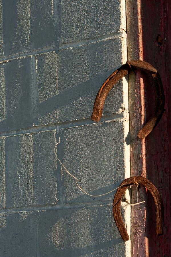 Rusty Horseshoes en clavos aherrumbrados imagen de archivo