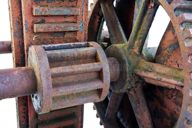 Rusty Inner Working von roten Verdammungs-Rädern stockfotos