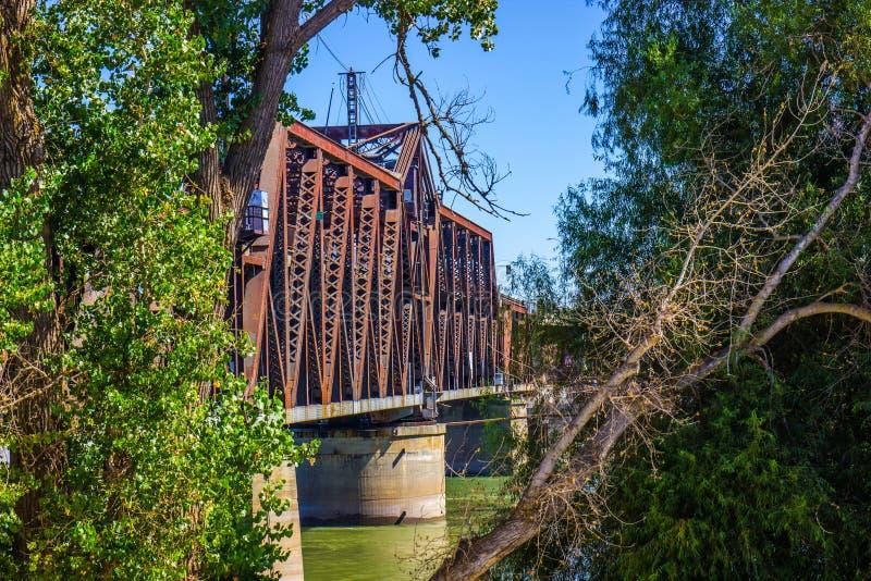 Rusty Iron Bridge Through Trees à deux niveaux images libres de droits