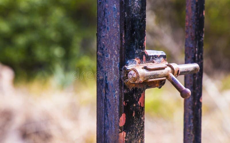 Rusty lock die de poort sluit royalty-vrije stock fotografie