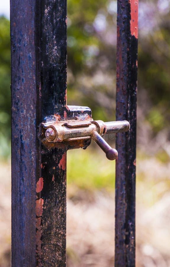 Rusty lock die de poort sluit stock foto