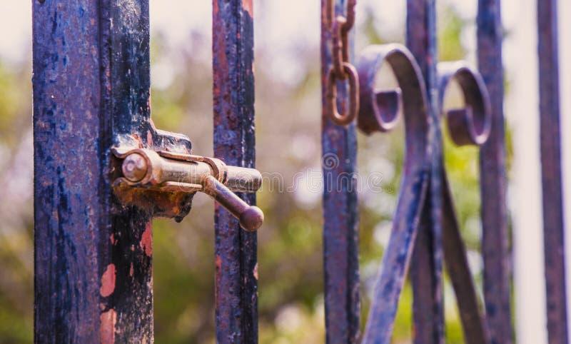 Rusty lock die de poort sluit stock foto's