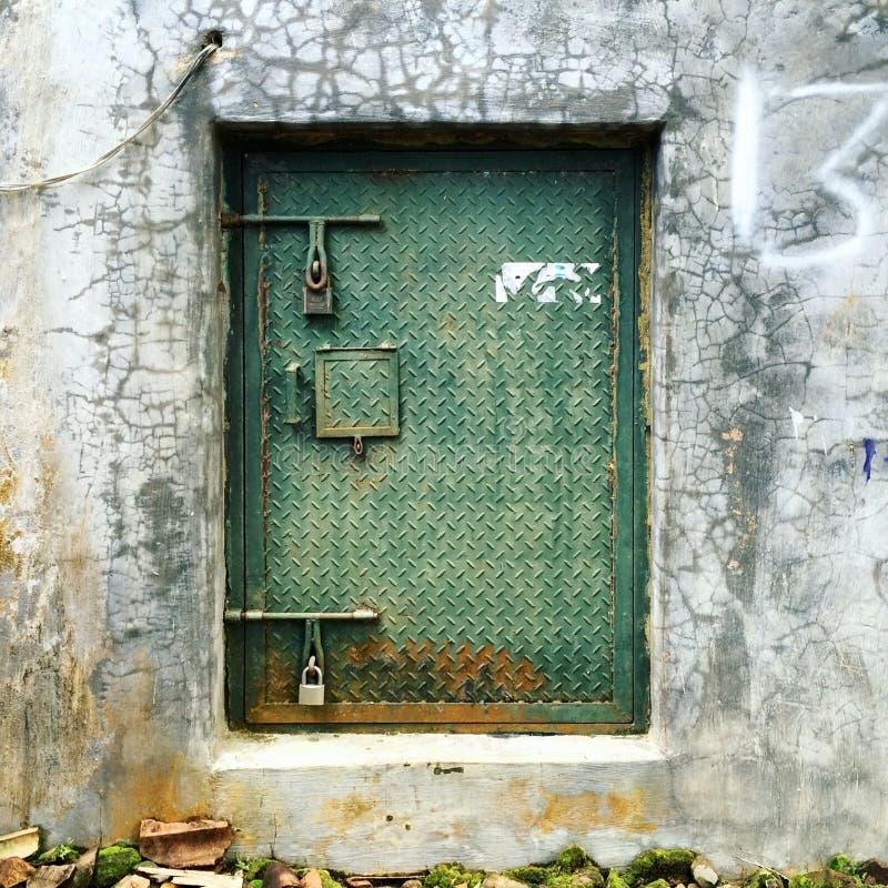 Rusty Metal Green Door op een Concrete Muur royalty-vrije stock afbeeldingen
