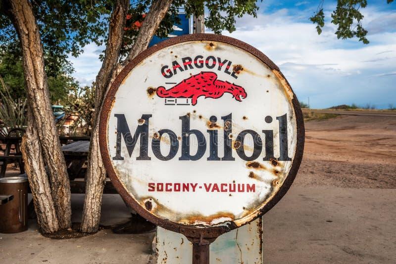 Rusty Mobiloil-Zeichen auf historischem Route 66 in Arizona lizenzfreie stockfotos