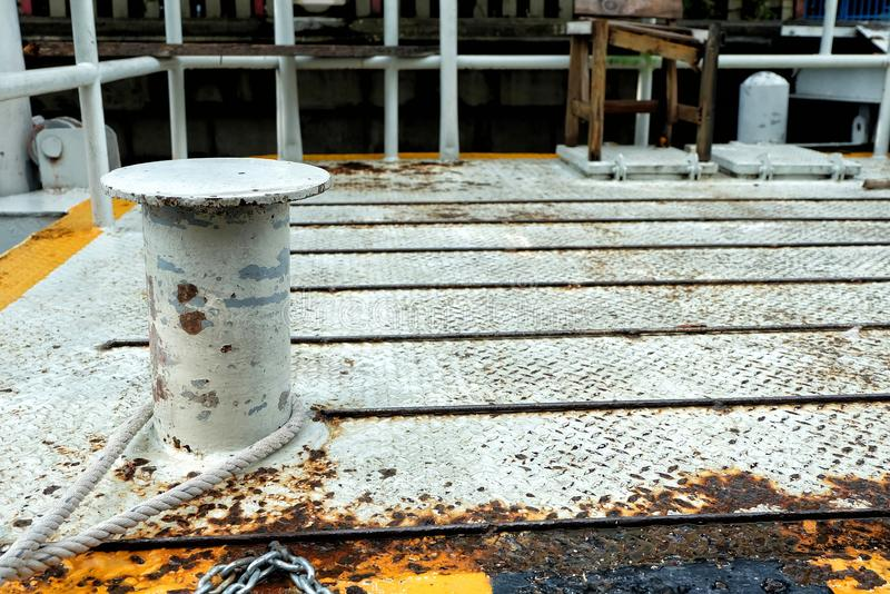 Rusty Mooring Bollard Pole no cais imagens de stock