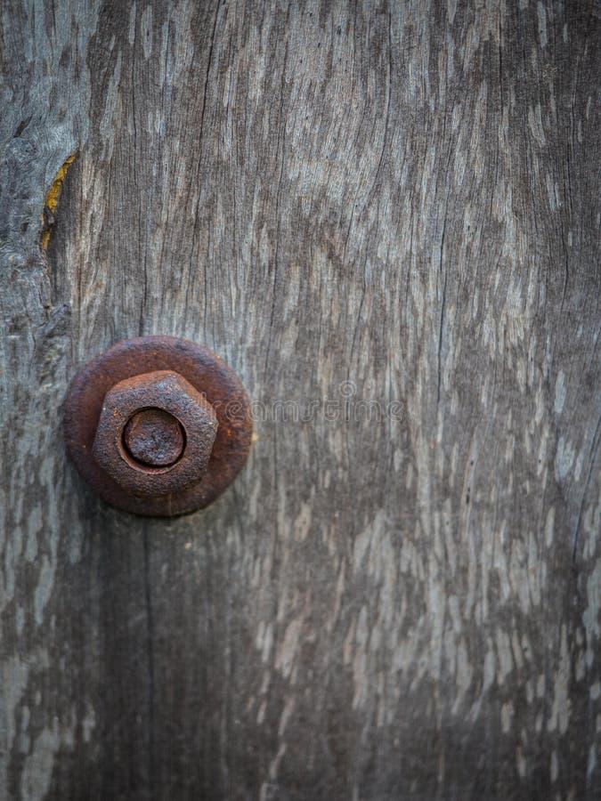 Rusty Nut sur le poteau en bois images stock