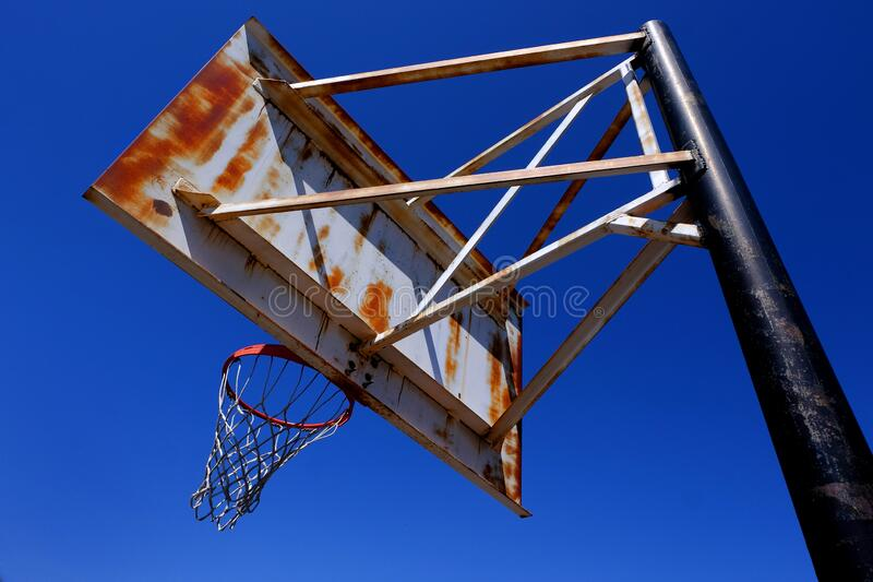 Rusty Rusty Old Basketball Hoop außerhalb von Blue Sky lizenzfreies stockbild