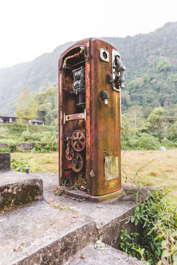 Rusty Old Gas Pump en la selva imagen de archivo libre de regalías