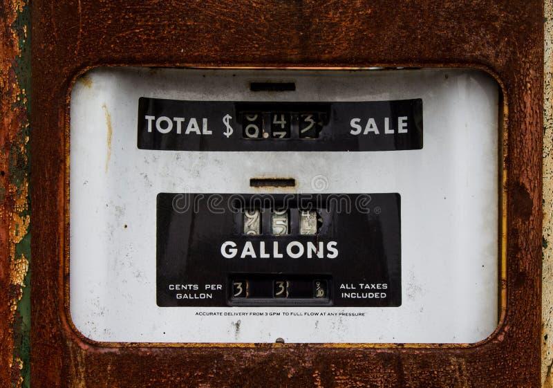 Rusty Old Gasoline Pump, när gas var 33 cent per gal. royaltyfri foto