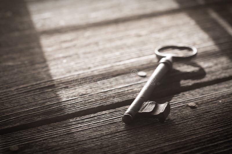 Rusty Old Skeleton Key på lantliga Barnwood arkivfoton