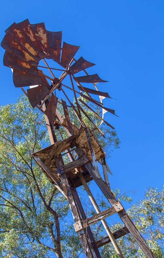Rusty Old Windmill no Arizona foto de stock royalty free
