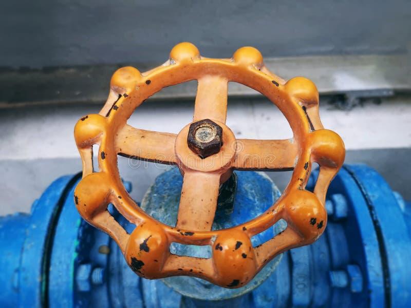 Rusty Orange Wheel pour le robinet ? tournant sph?rique ouvert et ?troit avec le foyer s?lectif image stock