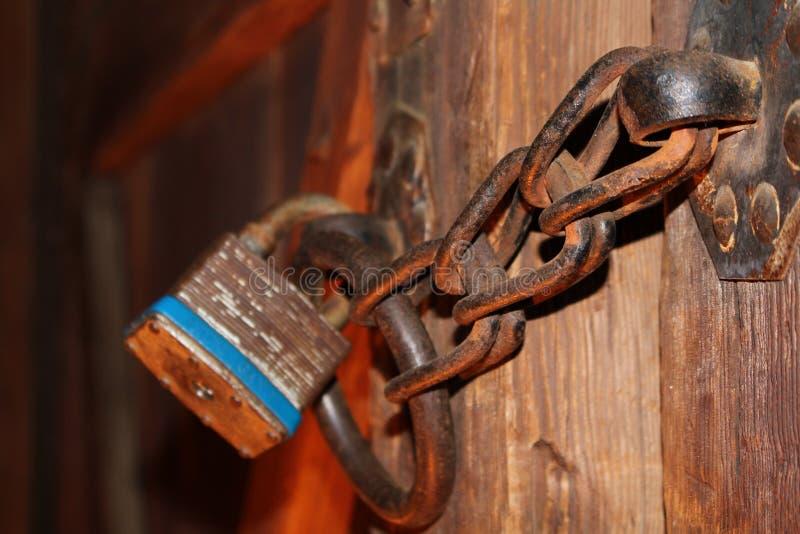 Rusty Padlock und Kette auf Holztür stockfotos