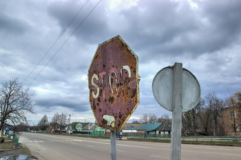 Rusty Road Sign Consumed idoso antes que imagem de stock