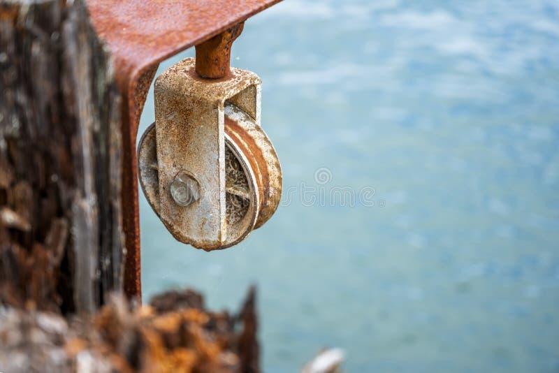 Rusty roller de un viejo gancho de mano imágenes de archivo libres de regalías