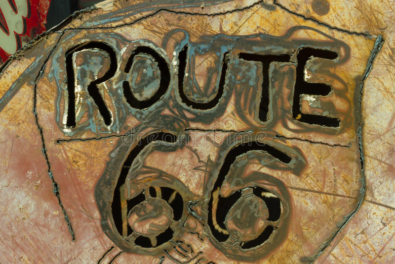 Rusty Route 66 snidit metalltecken royaltyfria bilder