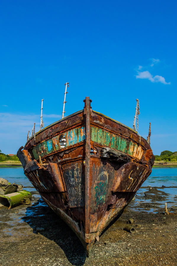 Rusty Ship in Blauwe hemel stock afbeelding