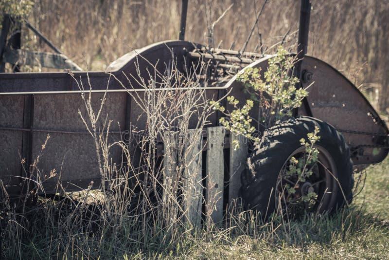 Rusty Vintage Hay Baler Cart-Rasen-Dekor stockbild