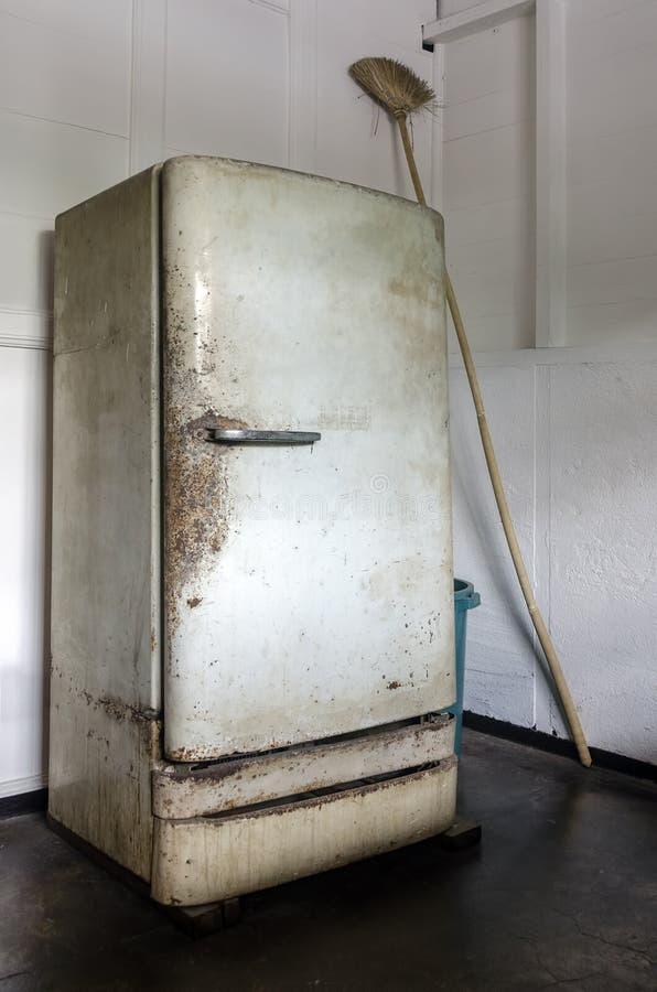 Rusty Vintage Refrigerator lizenzfreie stockfotos
