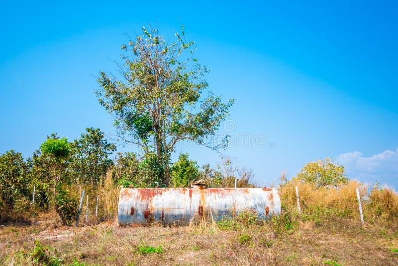 Rusty Water Tank abandonné dans le domaine photos libres de droits