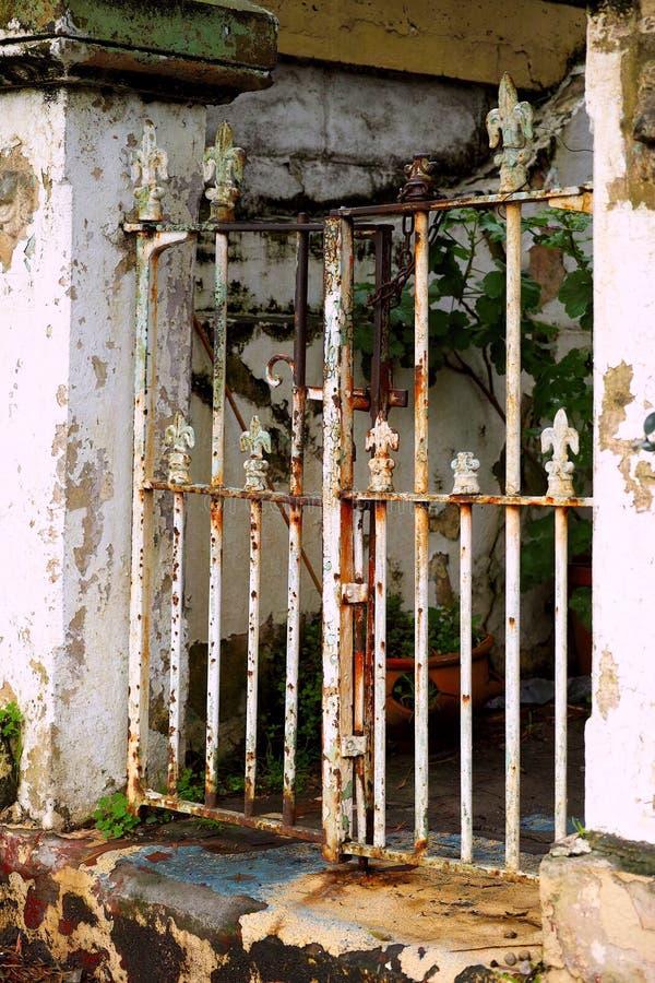 Rusty Weathered Metal Front Gate fotografía de archivo