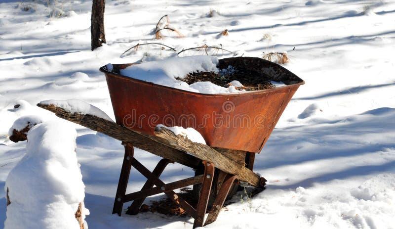 Rusty Wheelbarrow na neve fotografia de stock royalty free