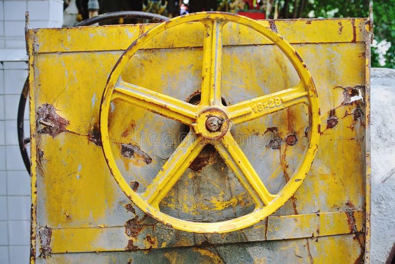 Rusty Yellow-Keilriemenscheibe von Baugeräten lizenzfreies stockfoto