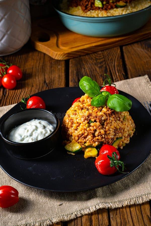 Rustykalne bulgur smażone mięsem mielonym i warzywami fotografia royalty free