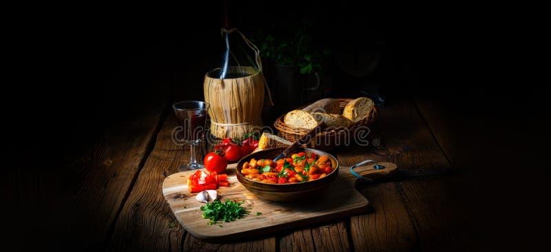 Rustykalne fasolki z świeżym sosem pomidorowym zdjęcia royalty free