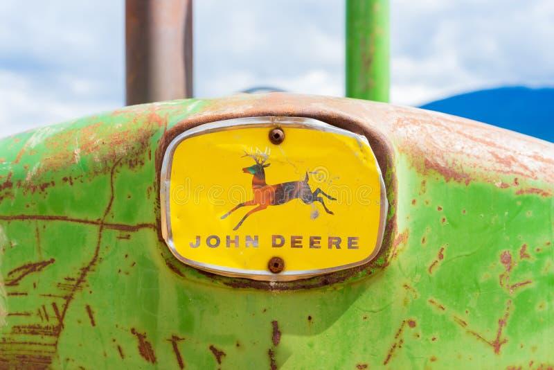 Rusy, trator antigo velho de John Deere, nariz dianteiro com o logotipo completo, mostrando os cervos e a marca de palavra Clássi foto de stock