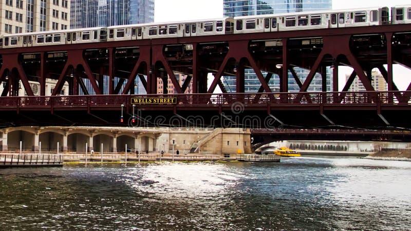 Ruszać się podwyższonego el pociąg, część Chicagowski ` s ikonowy system transportowy, przechodzi nad Chicagowską rzeką obraz stock