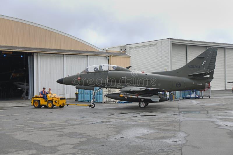 Ruszać się Skyhawk inny hangar zdjęcia stock