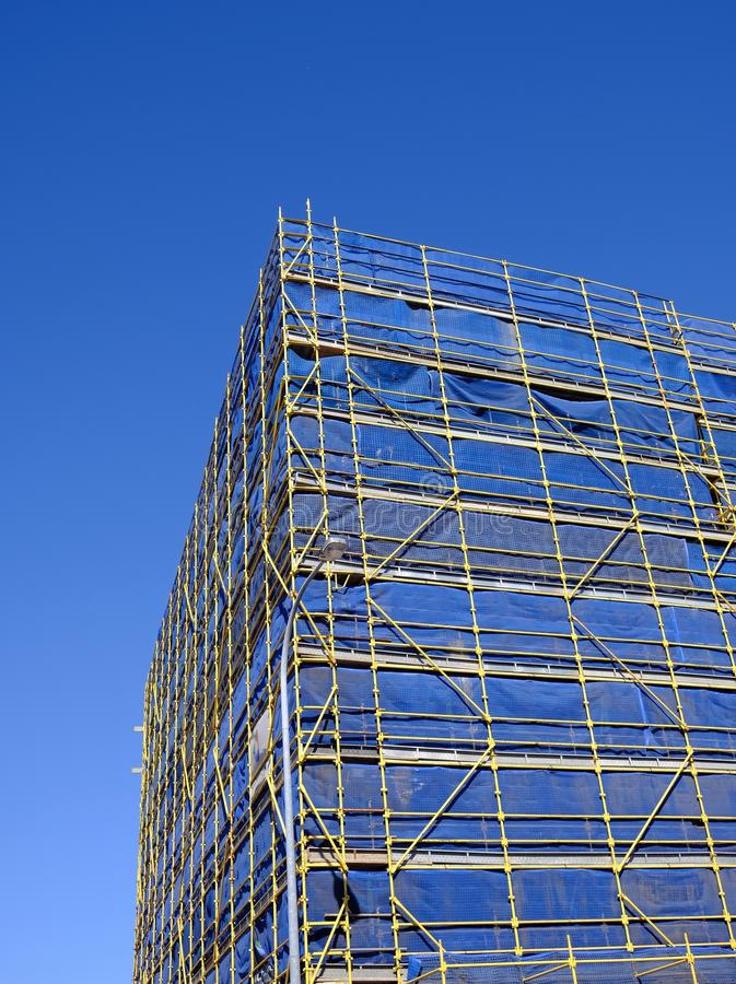 Rusztować i Błękitny Zbawczy powlekanie na budowie obrazy stock