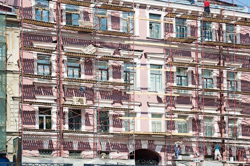 Rusztować podczas odbudowy stary budynek obrazy royalty free