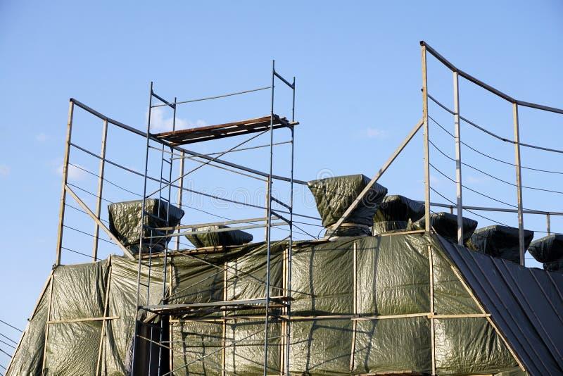Rusztowanie Zakrywa starego rocznika budynek pod przywróceniem zdjęcie royalty free
