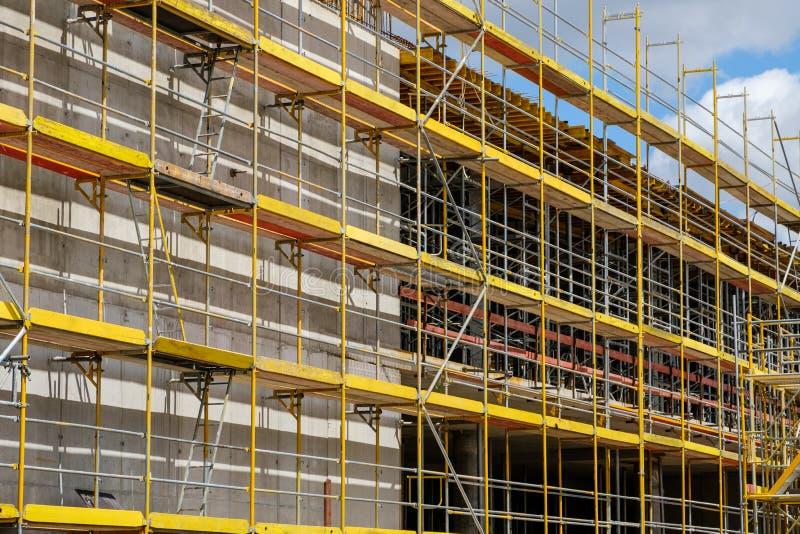 Rusztujący na nowej budynek fasadzie, budowa z fram zdjęcia stock