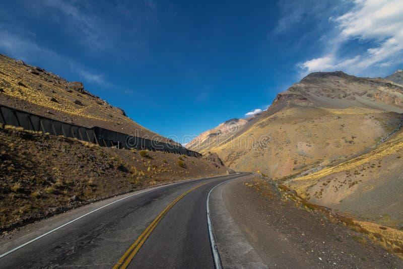 Ruta 7 ο δρόμος μεταξύ της Χιλής και της Αργεντινής μέσω της οροσειράς de Los Άνδεις - της επαρχίας Mendoza, Αργεντινή στοκ εικόνες με δικαίωμα ελεύθερης χρήσης